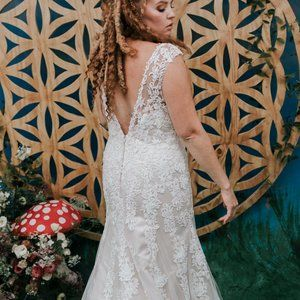 DREAMY Lace Gown for CURVES!